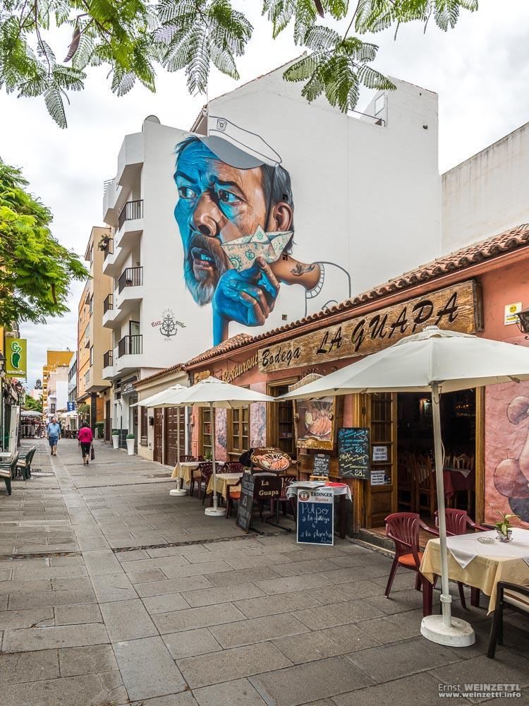 Einige Häuserfronten sind mit Werken ortsbekannter Künstler geschmückt.