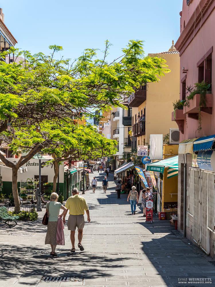 Die Calle Puerto Viejo ist tags und nachts gut besucht.