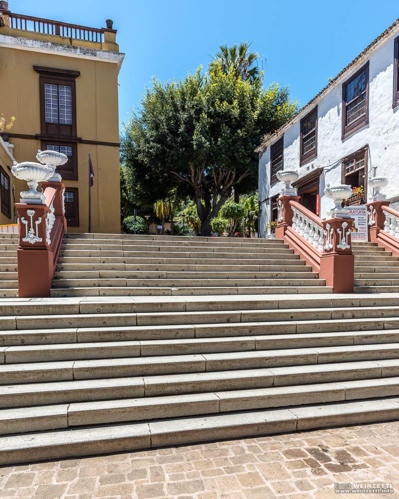Über die Stiege zur Plaza de la Pila.
