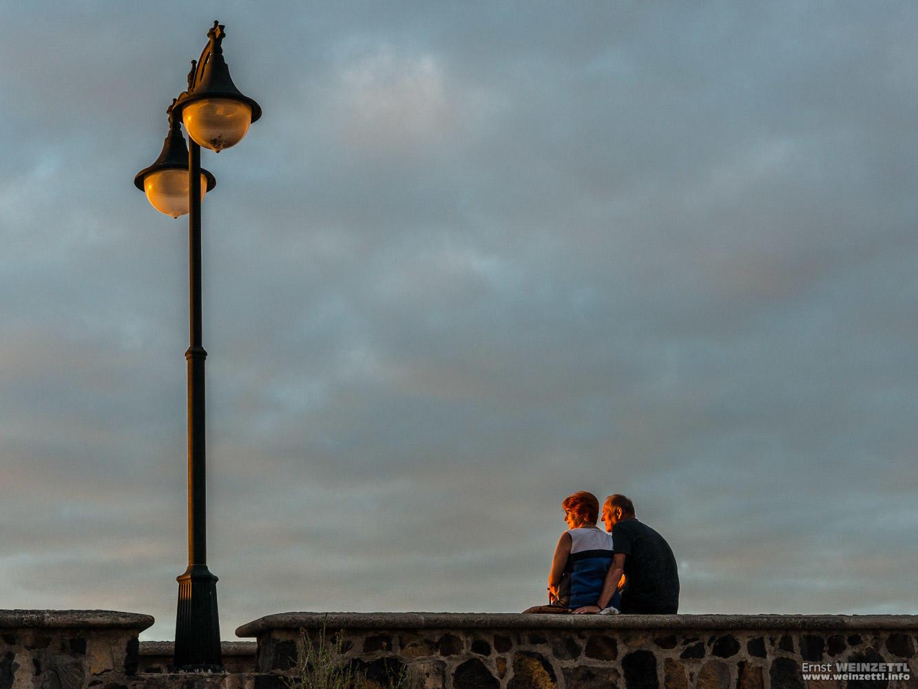 Ein Paar genießt den Sonnenuntergang.
