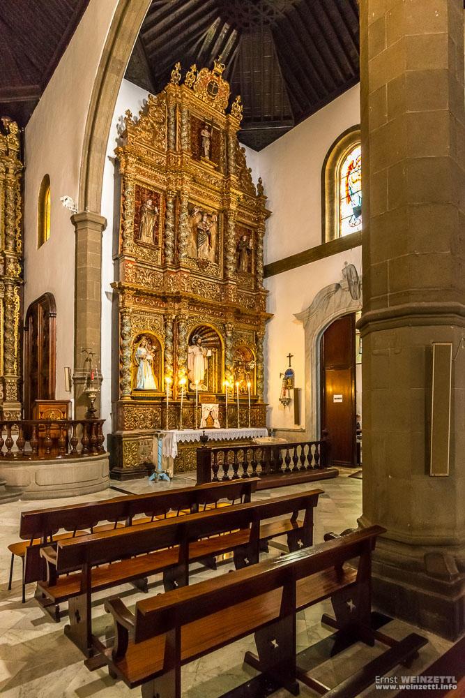 Die Seitenschiffe verfügen jeweils über einen eigenen Altar.
