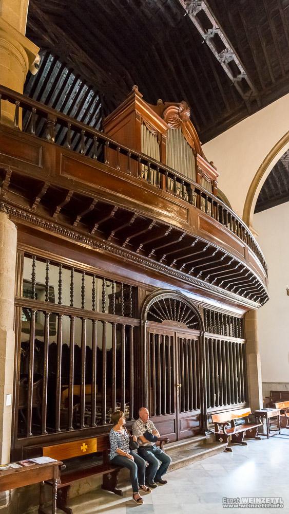 Die Orgel thront über einem abgetrennten Bereich der Rückwand.