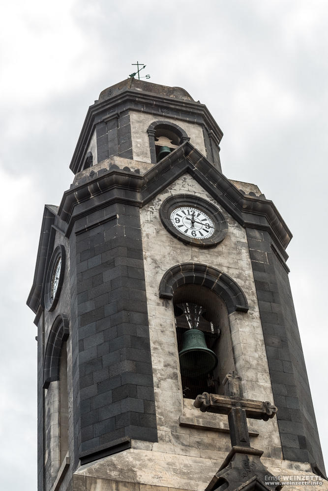 Der Turm der Hauptkirche von Puerto de la Cruz wirkt ein wenig bedrohlich.