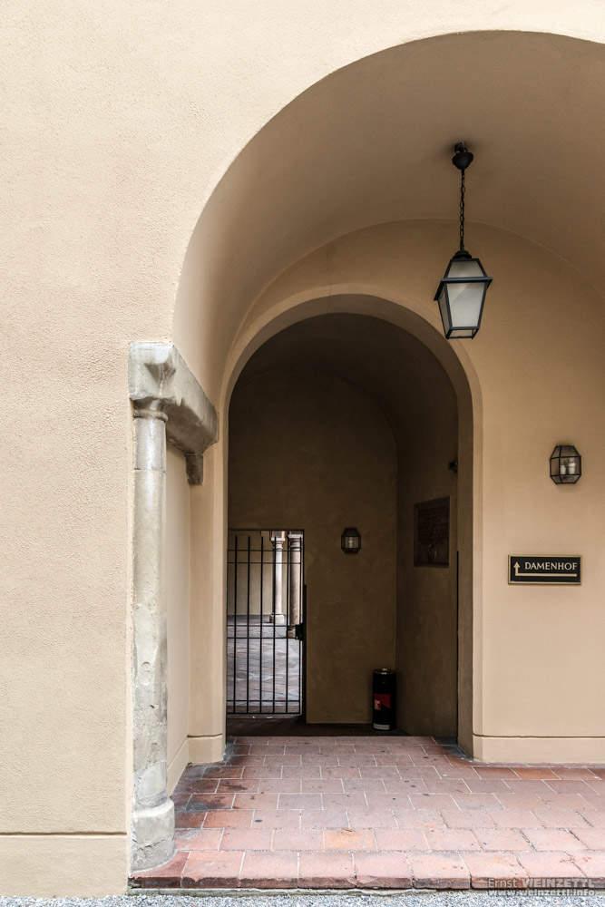 Das Tor zum Damenhof
