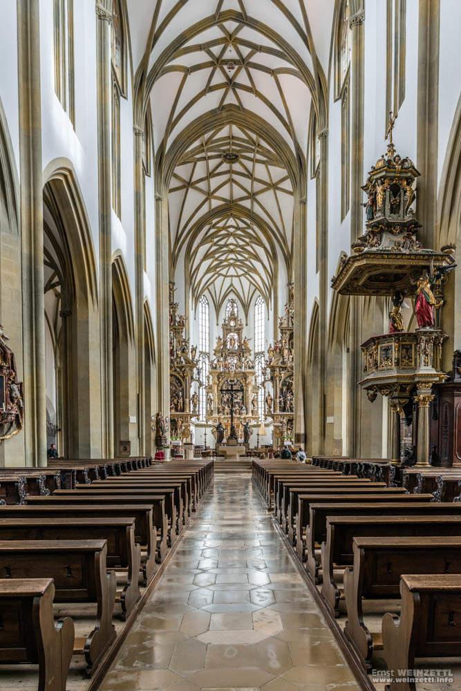 Imposantes Hauptschiff der ZUlrichskirche mit Altar