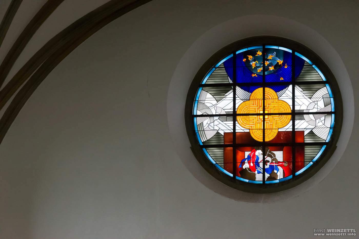 Glasfenster unterhalb der Orgel