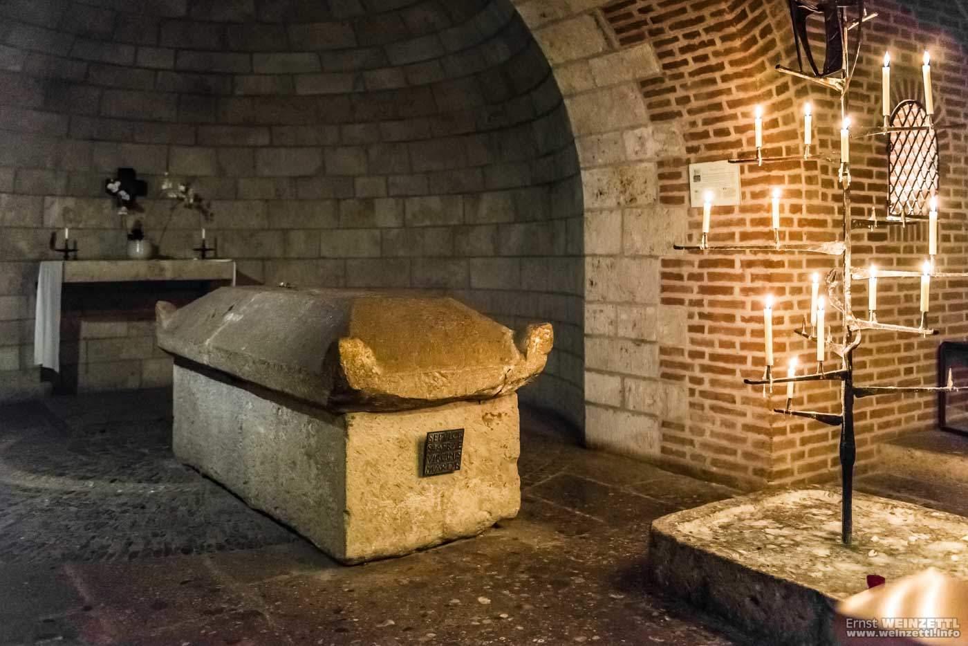 Die Gebeine einiger Heiliger ruhen in bzw. unter der Ulrichskirche