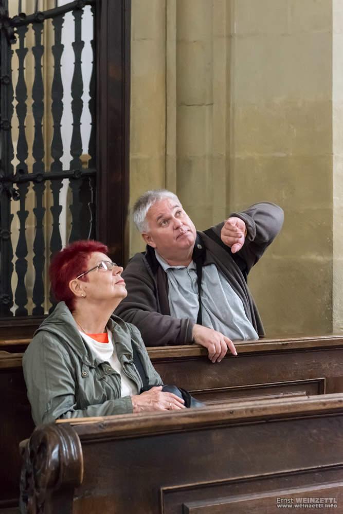 Roland erklärt Christa die Statik der Ulrichskirche