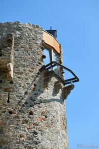Moderne Materialien werden bei der Renovierung mit altem Gemäuer verbunden.